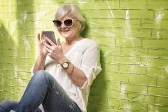 Femme aîné parlant par le téléphone portable Image libre de droits