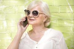 Femme aîné parlant par le téléphone portable Images libres de droits