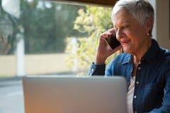 Femme aîné parlant sur le téléphone portable Photos libres de droits