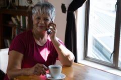Femme aîné parlant sur le téléphone portable Images stock