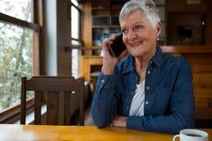 Femme aîné parlant sur le téléphone portable Photographie stock