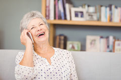 Femme aîné parlant sur le téléphone portable Images libres de droits