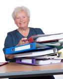 Femme aîné positif dans le bureau photo libre de droits