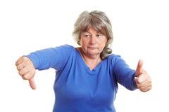Femme aîné prenant une décision photos libres de droits