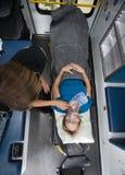 Femme aîné recevant le soin de secours Image stock