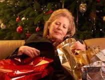 Femme aîné retournant après Noël Shopp Photographie stock