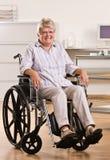 Femme aîné s'asseyant dans le fauteuil roulant Photo libre de droits