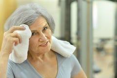 Femme aîné s'exerçant en gymnastique Photo libre de droits