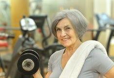 Femme aîné s'exerçant en gymnastique Photographie stock libre de droits