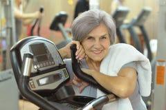 Femme aîné s'exerçant en gymnastique Photo stock