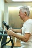 Femme aîné s'exerçant en gymnastique Images libres de droits