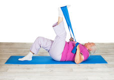 Femme aîné s'exerçant pour la mobilité photos stock