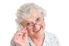 Femme aîné satisfaisant avec des lunettes Photo stock