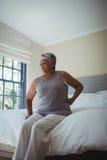 Femme aîné souffrant de la douleur dorsale à la maison Images libres de droits