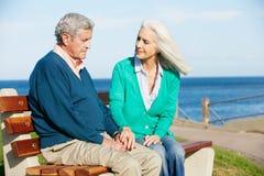 Femme aîné soulageant le mari déprimé Photos libres de droits