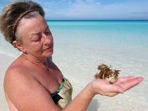 Femme aîné sur la plage Photos stock