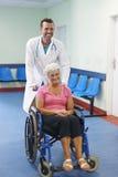 Femme aîné sur le fauteuil roulant Image libre de droits
