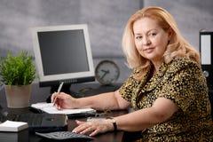 Femme aîné travaillant dans le bureau Photo stock