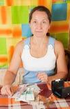 Femme aîné triste avec de l'argent Images libres de droits