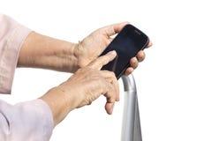 Femme aînée à l'aide du téléphone portable Photos stock