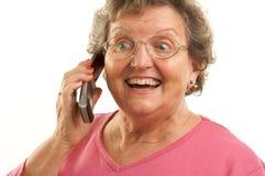 Femme aînée à l'aide du téléphone portable Photographie stock