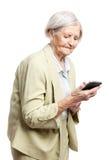 Femme aînée à l'aide du téléphone portable Photo stock