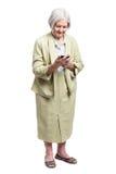 Femme aînée à l'aide du téléphone portable Photo libre de droits
