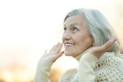 Femme aînée à l'extérieur Images libres de droits