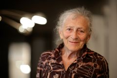 Femme aînée à la maison images libres de droits