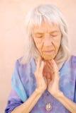 Femme aînée émouvante image stock