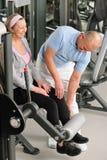 Femme aînée active d'aide de physiothérapeute à la gymnastique Photographie stock libre de droits
