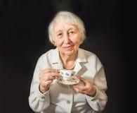 Femme aînée appréciant la cuvette de thé Photographie stock libre de droits