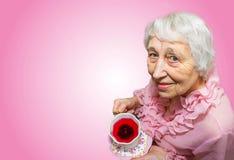 Femme aînée appréciant la cuvette de thé Photo libre de droits