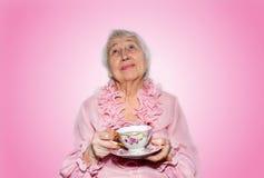 Femme aînée appréciant la cuvette de thé Images libres de droits