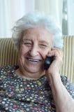 Femme aînée au téléphone Images stock