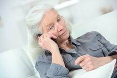 Femme aînée au téléphone Photographie stock libre de droits