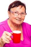 Femme aînée avec la cuvette de café Images libres de droits