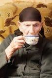Femme aînée avec la cuvette de thé Photos libres de droits