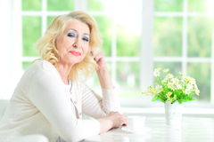 Femme aînée avec la cuvette de thé Photo stock