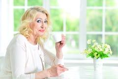 Femme aînée avec la cuvette de thé Photographie stock libre de droits