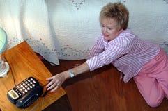 Femme aînée ayant besoin de l'aide