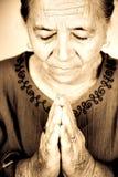 Femme aînée chrétienne priant à Dieu Photos libres de droits