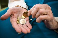 Femme aînée comptant l'argent Photos libres de droits
