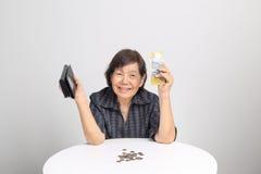 Femme aînée comptant l'argent Images stock