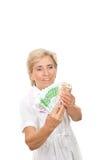 Femme aînée comptant l'argent au-dessus du blanc Image stock
