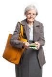 Femme aînée comptant l'argent au-dessus du blanc Photo libre de droits