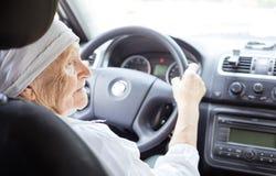Femme aînée conduisant le véhicule Photo libre de droits