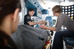 Femme aînée dans l'ambulance images stock