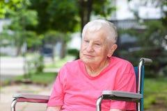 Femme aînée dans le fauteuil roulant Photo libre de droits