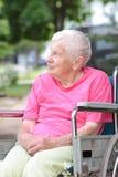 Femme aînée dans le fauteuil roulant Photographie stock